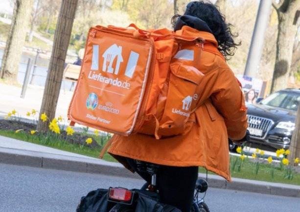 Eine Lieferando-Fahrerin in Hamburg, wo das Angebot des Unternehmens, Restaurant-Bestellungen auszuliefern, seit längerem besteht. Jetzt gehen auch in Chemnitz 30 Fahrer an den Start.