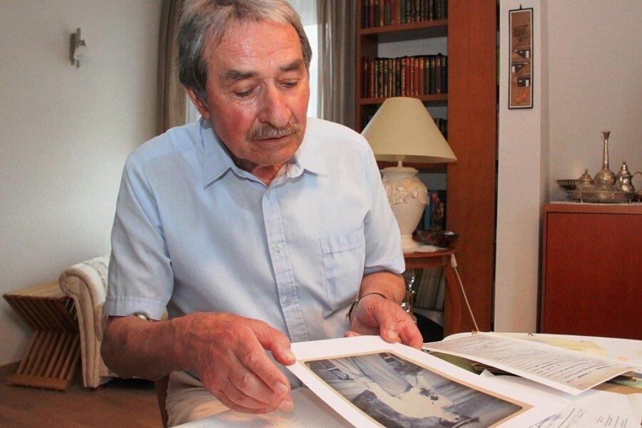 Auf der Suche nach Bedeutung: Heimatforscher Géza Németh mit dem historischen Foto einer Stickerin aus Sohl. Er hat eine Verbindung aus dem Vogtland auf die Insel Madeira gefunden und will nun Belege für seine These zusammentragen, dass die weltberühmte Madeira-Stickerei von der kunstvollen Weißstickerein aus seiner Region beeinflusst ist.