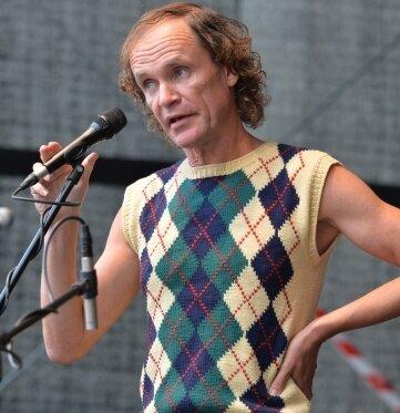 Wie man ihn kennt: Olaf Schubert im Pullunder auf der Bühne des Freiberger Schlosshofs.