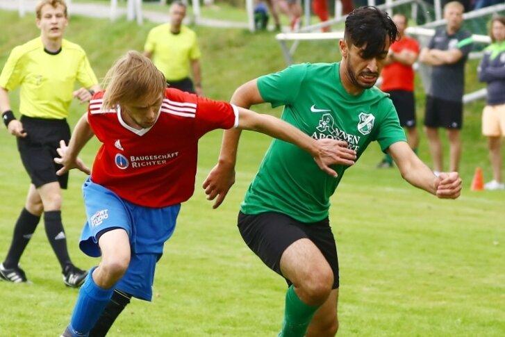 Meist einen Schritt schneller als der Gegner waren Ali Sanded (r.) und seine Mitspieler des BSV Eintracht Zschopautal. Erik Steinert und die Neundorfer kehrten mit einer 0:4-Klatsche nach Hause zurück.