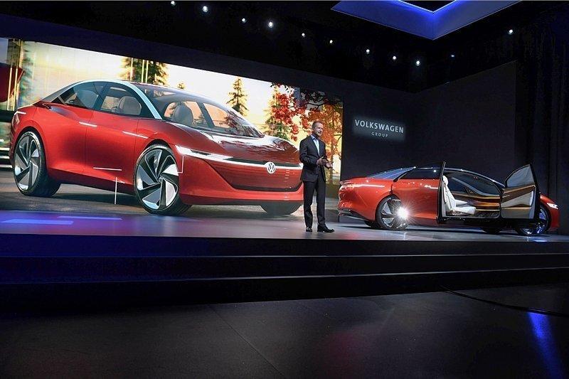 Ganz ohne Lenkrad, Bremse und Gaspedal, dafür mit allen elektronischen Helferlein mit Sprach-und Gestensteuerung: Herbert Diess, Markenvorstand von VW, präsentierte in Genf den VW I.D. Vizzion.