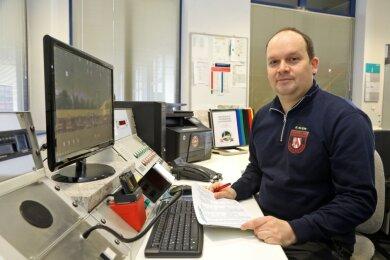 Feuerwehrchef René Klein in der Leitstelle der Feuerwache der Lichtensteiner Wehr.