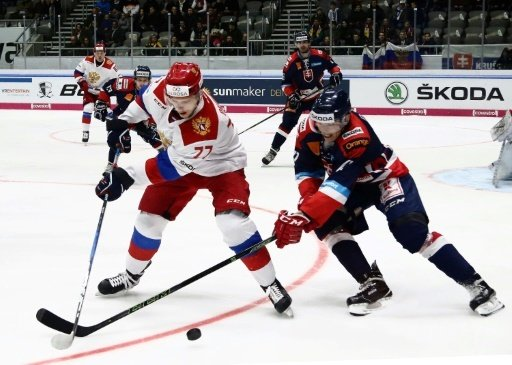 Okulow (l.) erzielt den Siegtreffer für die Russen