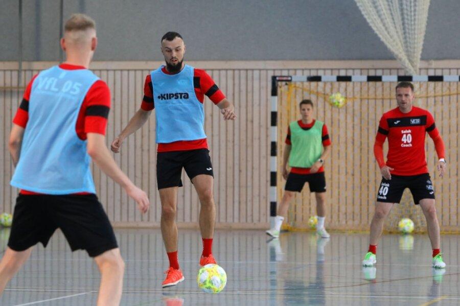 Beim Futsal-Team des VfL Hohenstein-Ernstthal ist das Training wieder voll angelaufen. Das Foto zeigt Kapitän Christopher Wittig (am Ball) und rechts mit der Nummer 40 Spielertrainer Michal Salak.