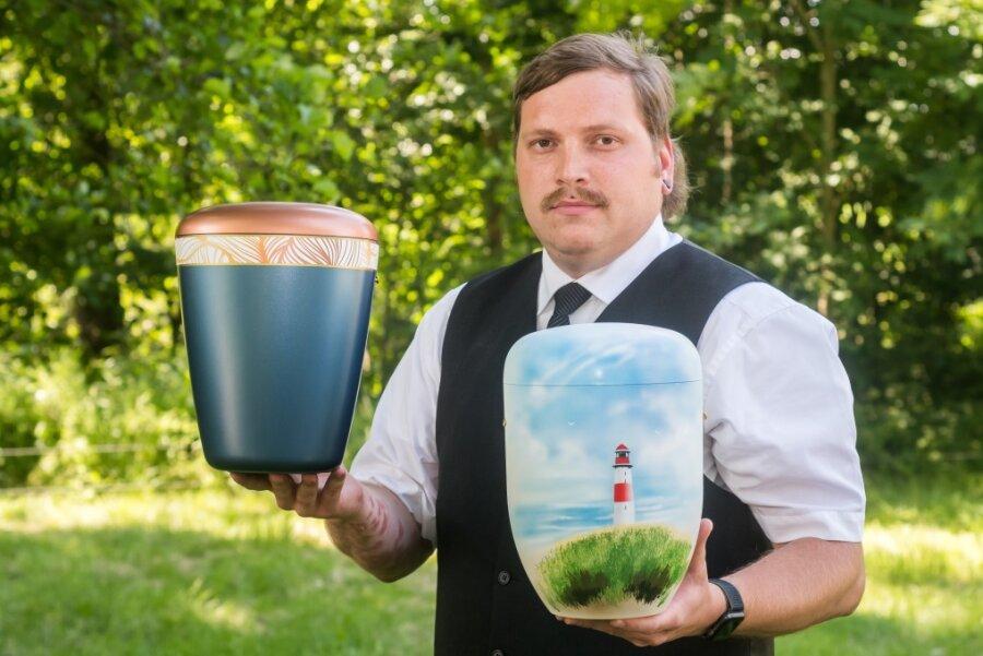 Optisch unterscheiden sich die vollständig biologisch abbaubaren Naturstoff-Urnen, von denen der Bestattermeister Martin Schubert hier zwei Exemplare zeigt, nicht von denen herkömmlicher Machart. Schubert besitzt Filialen in Pockau-Lengefeld sowie in Olbernhau.