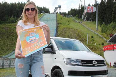 Lucienne Höppner wirbt für das Bulli Summer Camp in der Sparkasse Vogtland Arena.