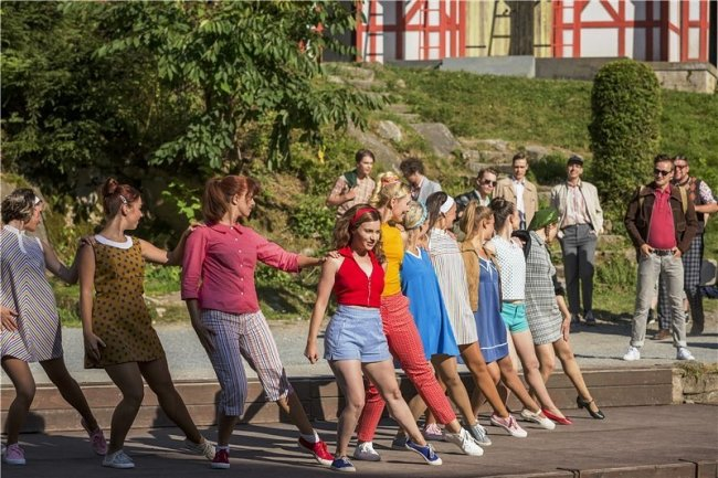 """Das Musical """"Heißer Sommer"""" ist bei den Festspielen auf der Freilichtbühne an den Greifensteinen einer der aktuellen Publikumsmagneten. Die Inszenierung basiert auf dem gleichnamigen Film, der vor 50 Jahren in die Kinos gekommen war und zum Kult geworden ist."""