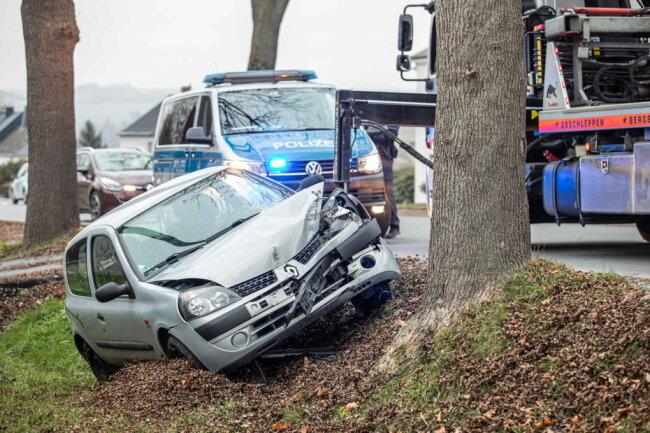 An einem Baum hat die Autofahrt für einen Renault-Fahrer (30) in Plauen am Mittwoch geendet.
