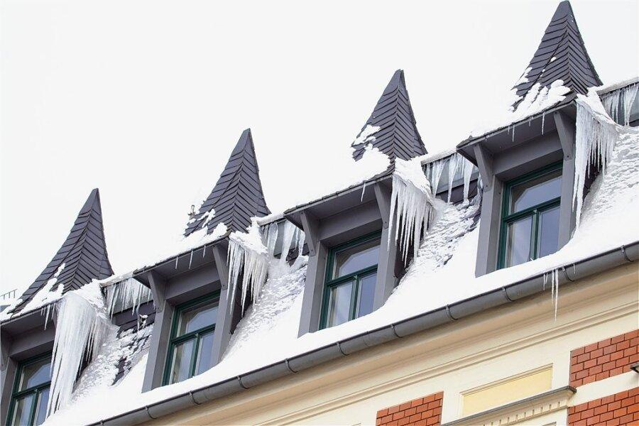 Plauens Dächer - im Foto ein Gebäude an der Nobelstraße in der Innenstadt - werden derzeit durch Eiszapfen und Schnee immer mehr zur Gefahr.