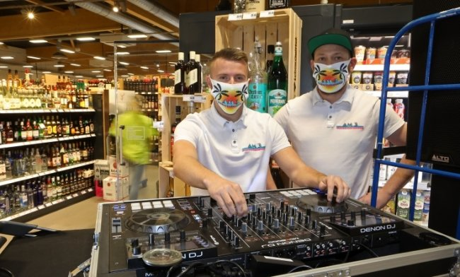 DJ Dirk Diggler (l.) und DJ Jottman beim Soundcheck. Die beiden werden am Mittwoch für zwei Stunden im Supermarkt auflegen.