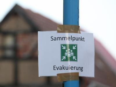"""Ein Schild mit der Aufschrift """"Sammelpunkt Evakuierung"""" in Wittenberge in Brandenburg."""