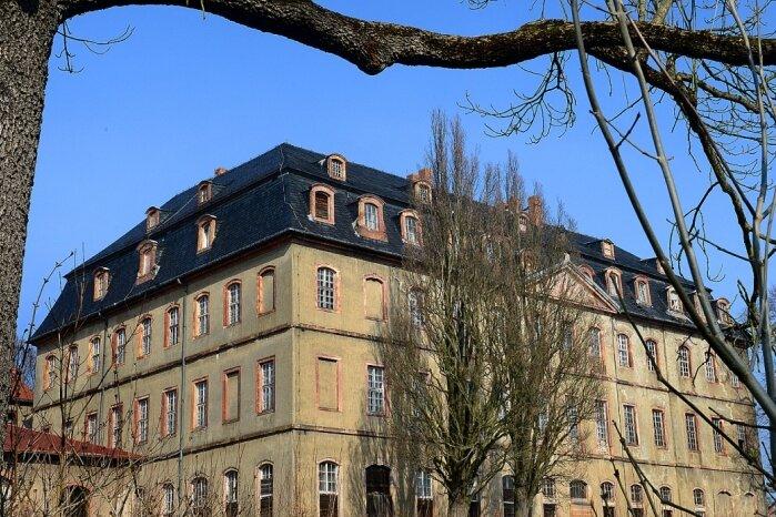 Für diesen Blick auf das Schloss Neusorge in Zschöppichen muss der Wandersmann durch das Tor des Ritterguts und dann einmal um das Gebäude laufen.
