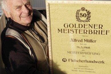 Alfred Müller aus Geringswalde ist stolz auf seinen Goldenen Meisterbrief im Fleischerhandwerk. Dabei war diese Arbeit für ihn als junger Mann nicht sein Traumberuf.