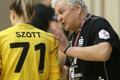 Dietmar Schmidt ist 2020 nach vielen Jahren in Frankfurt/Oder auch sportlich in seine Heimatstadt zurückgekehrt. Er bringt sich als Co-Trainer beim BSV Sachsen Zwickau (hier mit Torhüterin Ela Szott) ein.