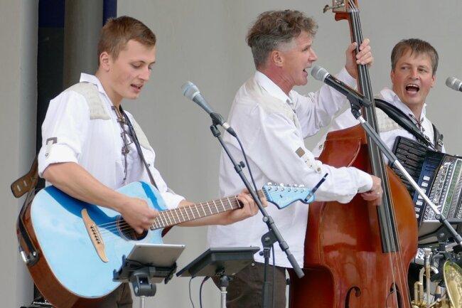 """De Hutzenbossen in ihrem Element: """"Neuzugang"""" Jonas Tiede, Peter Kreissl und Andreas Tiede (von links) legten sich auf der Bühne mächtig ins Zeug."""