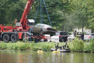 Der Skoda am Haken eines Krans, der das Auto aus dem Wasser beförderte.