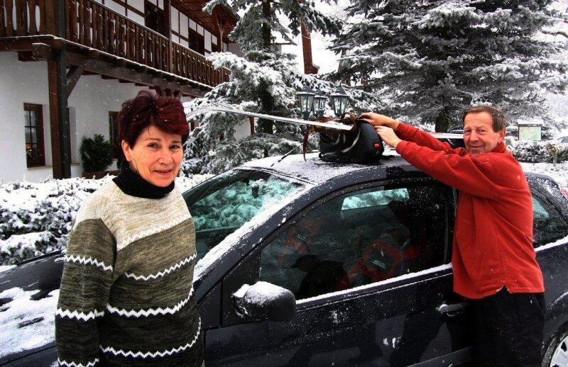 """Großes Kofferpacken am Sonntag in den Hotels und Pensionen des Erzgebirges. Auch Birgitt und Klaus Roesler aus Riesa machten sich am Vormittag auf die Heimreise. Sie waren fünf Tage im Hotel """"Kreuztanne"""" in Friedebach. """"Es war wunderbar, und wir konnten sogar sehr gut Skilaufen"""", freuten sich die beiden."""