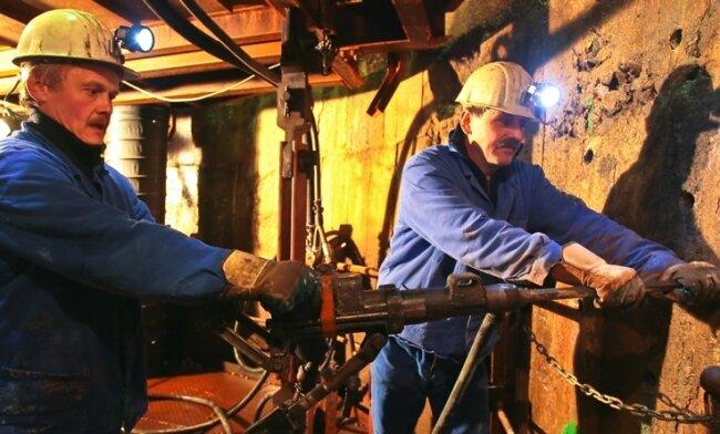 """<p class=""""artikelinhalt"""">Uwe Seifried und Thomas Pflug von der Untertage-Sanierung. Sie stehen in 20 Meter Tiefe auf der Arbeitsbühne und bohren Löcher in die Schachtwand, die dann den Sprengstoff aufnehmen.</p>"""