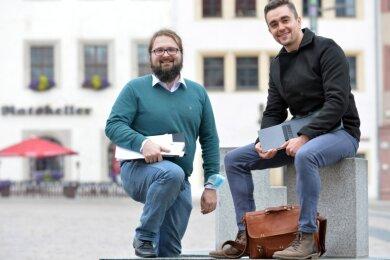 Noah Knittel und Julien Göthel (v. l.) wollen in Räumen am Freiberger Obermarkt ihr Wettbewerbskonzept umsetzen und flexible Arbeitsplätze anbieten.