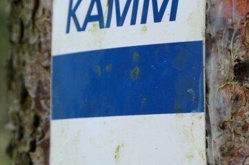 """Die blau-weiße Markierung kennzeichnet den Kammweg. Im Buchprogramm der """"Freien Presse"""" widmet sich """"Den Wolken ganz nah"""" (14,80 Euro) von Frank Hommel diesem Fernwanderweg."""