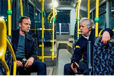 Busfahrer Otto Wagner (Peter René Lüdicke, rechts) lädt bei Ermittler Robert Karow (Mark Waschke) seinen Frust ab.