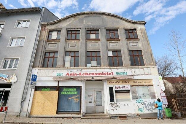 Nach jahrelangem Leerstand könnte das Kaufhaus am Planitzer Markt einen neuen Besitzer finden.