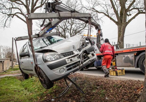 Während der Unfallaufnahme gab der Renault-Fahrer an, dass er vom Gegenverkehr geblendet wurde und deshalb von der Fahrbahn abkam.
