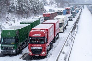 Stau von Reichenbach bis nach Plauen. Auf der A 72 war es im Schneetreiben am Dienstagmorgen zu einem Unfall am Berg hinauf zur Anschlussstelle Reichenbach gekommen. Drei Fahrzeuge waren kollidiert, die Strecke war nach zweieinhalb Stunden wieder frei.