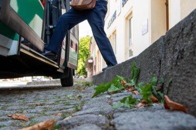 An der Bushaltestelle an der Rochlitzer sind die Bordsteine hoch. Dadurch können einige Busse nicht bis an den Rand fahren, weil sonst die Türen beim Öffnen den Randstein streifen.