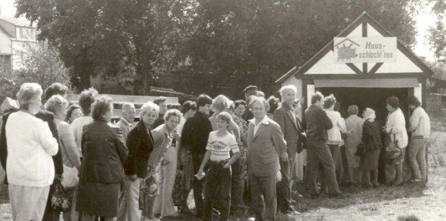 Das historische Foto stammt vom Bergfest aus den 70er-Jahren. Am Kiosk für Hausschlachtenes standen die Leute damals Schlange.