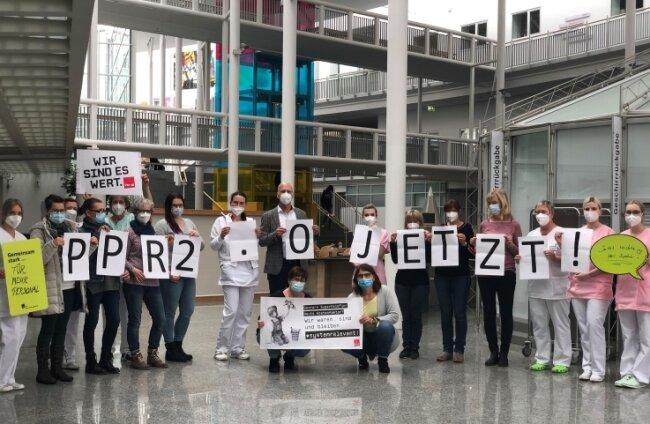 Etwa 20 Beschäftigte des Freiberger Krankenhauses, unter ihnen Geschäftsführer Stefan Todtwalusch (Mitte), haben sich am Montag an einer Aktion der Gewerkschaft Verdi beteiligt. Sie fordern eine bedarfsorientierte Personalbemessung in der Krankenhauspflege.