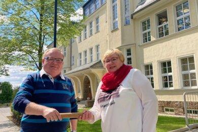 Jörg Prager hat den symbolischen Staffelstab an Cathrin Holzhey übergeben, die die Grundschule in Bernsbach künftig leitet. Prager als Leiter der Grundschule Aue-Zelle hatte das Amt für ein Jahr provisorisch mit inne.
