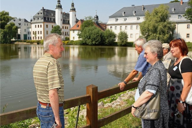 Führungen durchs Gelände des Deutschen Landwirtschaftsmuseums Schloss Blankenhain sind beliebt. Im Bild: Museumsmitarbeiter Stefan Kerat (l.) im Gespräch mit Touristen, die die hiesige Region erkunden.