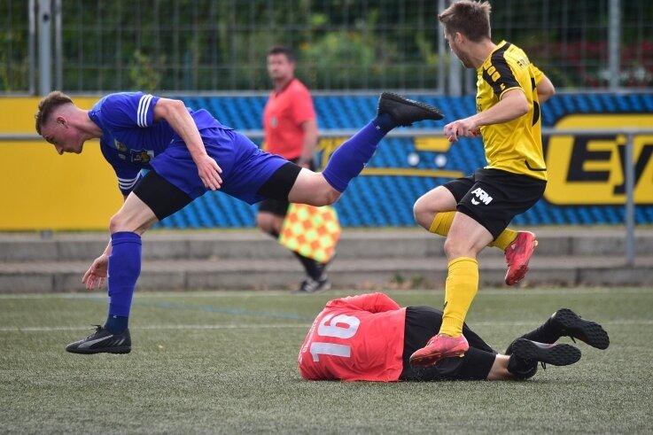 Und wieder nichts: Tom Hengst (links) scheitert bei einem Angriff an Freibergs Torhüter Martin Heydel und Abwehrspieler Sebastian Krause.