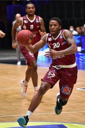 Wes Clark spielte in den USA an zwei Universitäten und anschließend für New Basket Brindisi und Pallacanestro Cantu zwei Jahre in Italiens erster Liga. In seinen zwei Partien im Niners-Trikot erzielte er 25 Punkte.