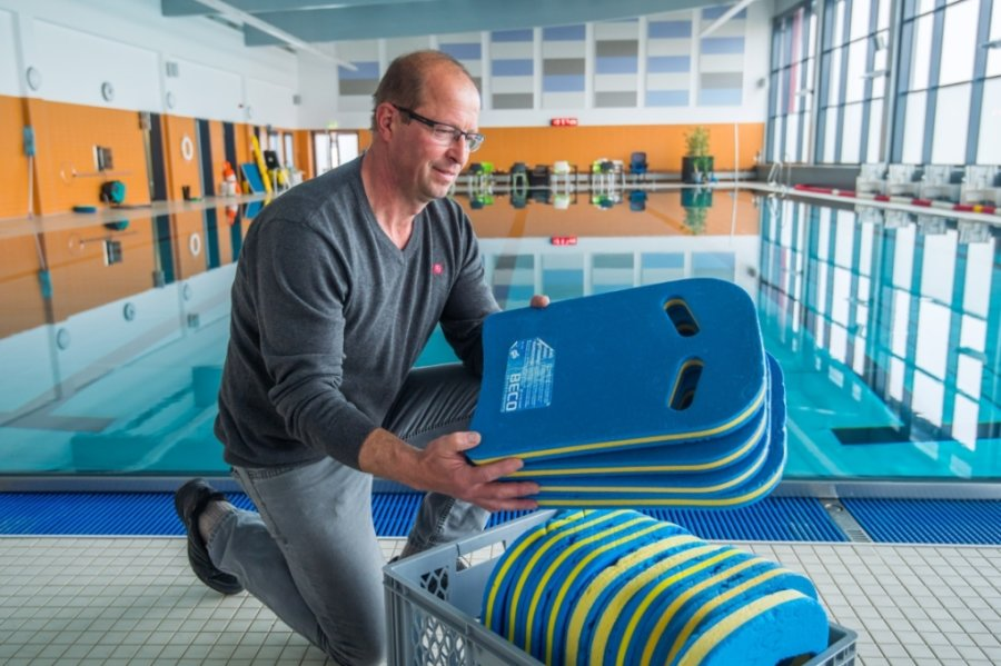 René Wunderlich, Leiter des Schwimmschulzentrums Aue und Schwarzenberg, sortiert Utensilien für den Schwimmunterricht. Auch in der Auer Halle soll im Sommer die Nachhilfe für Nichtschwimmer stattfinden.
