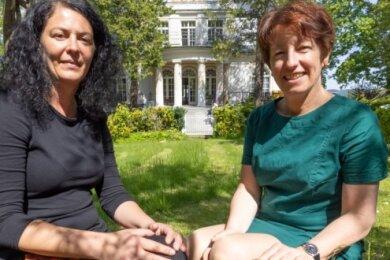 Nadja Hiller (l.) und Christiane Warnat-Lehker sind froh, dass wieder Angebote wie Eltern-Kind-Kurse im Familienzentrum Annaberg möglich sind. Digital erinnern sie an die Anfänge der Einrichtung vor 30 Jahren.