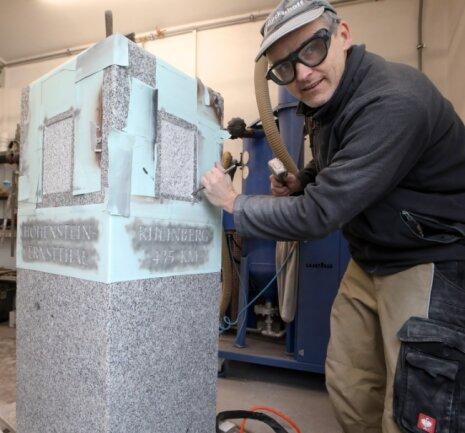 Steinmetzmeister Andreas Mertn legt Hand an. In ein paar Tagen kommt das kleine Monument nach Hohenstein-Ernstthal, wo es an der Friedrich-Engels-Straße aufgestellt werden soll.