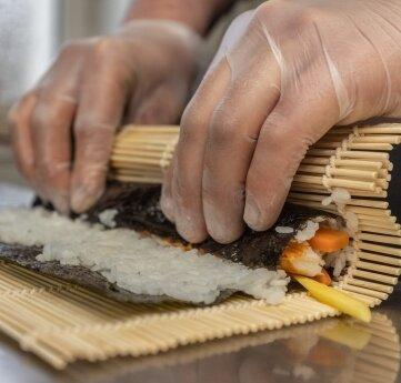 Rollen formen statt Schnitzel klopfen: Immer donnerstags ist in der Anton-Günther-Schenke Sushi-Tag.