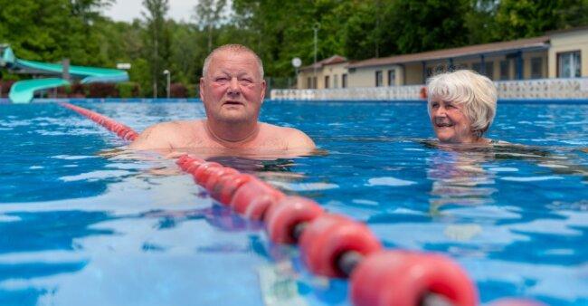 Zu den ersten Badegästen gehörten Bürgermeister Thomas Arnold und Ursula Dürichen