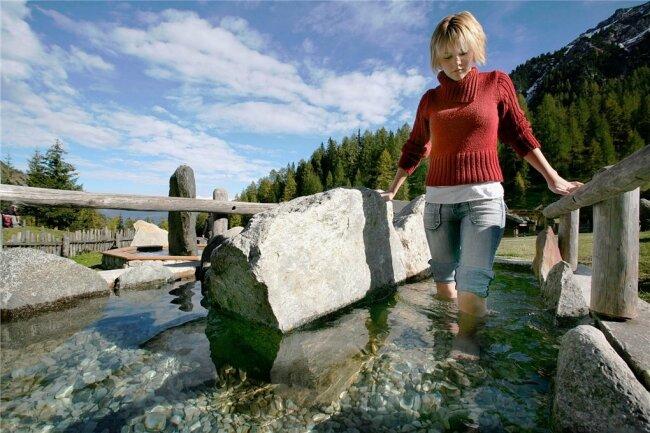 Zur ganzheitlichen Lehre von Sebastian Kneipp gehört auch das berühmte Wassertreten und eiskalte Kniegüsse.