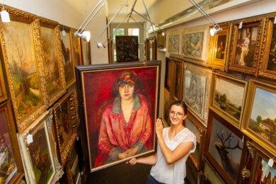 """Josephine Mehlis mit einem ihrer Lieblingsobjekte der aktuellen Auktion, dem Gemälde """"Dame in Rot"""" des Leipziger Spätexpressionisten Richard Otto Voigt."""