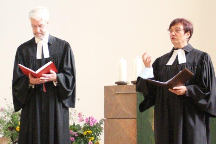Die Pfarrerin der evangelisch-lutherischen Kirchgemeinde Burgstädt, Susanne Hintzsche, ist von Superintendent Frank Manneschmidt verabschiedet worden. Sie übernimmt die Pfarrstelle in Hartmannsdorf.