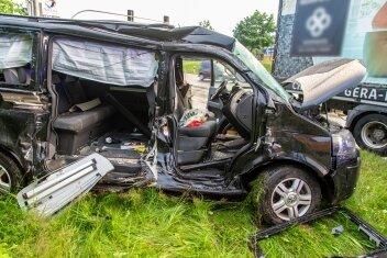 Der Fahrer dieses VW Multivan wurde verletzt.