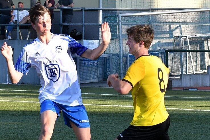 Aus der Pokaltraum: Die B-Junioren des SV Barkas Frankenberg um Lennard Lorenz (l.) scheiterten an Handwerk Rabenstein.