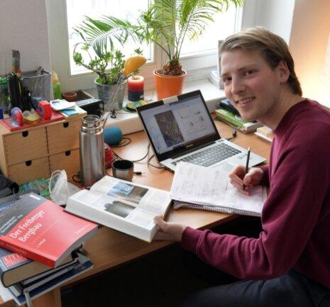"""Lukas Häuser - hier in seiner Wohnung im Wohnheim - absolviert ein Masterstudium Geoökologie an der TU Bergakademie Freiberg. """"Ich bin froh, dass ich aus dem Studienbetrieb mit Vorlesungen raus bin"""", sagt er."""