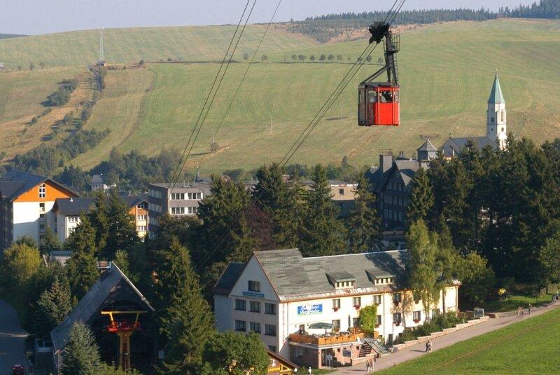 Das Wahrzeichen Oberwiesenthals schwebt seinem Ende entgegen. 2012 sollen dort Achter-Gondeln die Gäste auf den Berg befördern. Was mit der Talstation wird, ist noch ungeklärt.