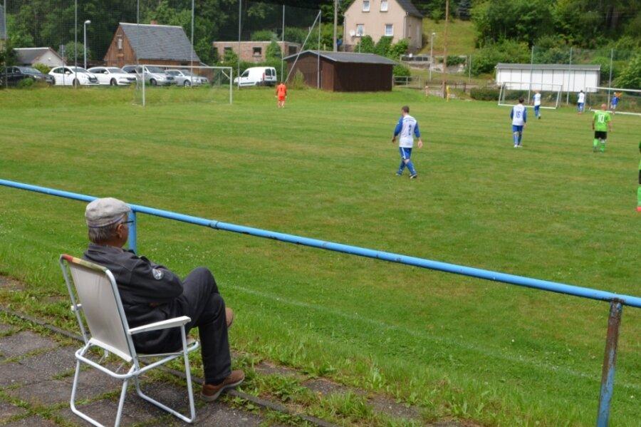 Seit etwas mehr als einem Monat rollt auch im Erzgebirgskreis wieder der Ball, so wie hier beim Testspiel des Erzgebirgsligisten Raschau-Markersbach beim SV Lindenau (1:3) am vergangenen Sonntag.