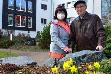 Im Hainichener DRK-Altenpflegeheim bekommt Adolf Müller regelmäßig Besuch und hat die Gelegenheit, ins Außengelände zu gehen, so wie hier mit Alltagsbegleiterin Annett Tauscher.