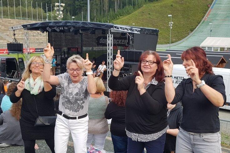 Ina Pastor, Heike Höpfner, Andrea Weiß und Simona Baumann arbeiten bei der Arbeiterwohlfahrt in Treuen. Sie hatten bei der Party in der Vogtland-Arena in Klingenthal jede Menge Spaß.